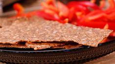 Istället för chips blir det tunt, frasigt knäcke fyllt med frön men utan gluten.