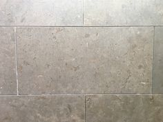 Snygg kalksten för golv och vägg. Prisgaranti hos Stonefactory.se! Azul Valverde ersätter Azul Cascais och liknar Gotlands kalksten. Carrara, Tile Floor, Sweet Home, Flooring, Texture, Stone, Retro, Bathroom, Interior