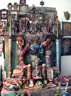 This photo was taken in Laurie Zuckerman& home in 2008 and shows her oldest Mexican-style Catholic home altar to the Sacred Hearts of Jesus and Mary, begun in Mexican Style, Mexican Folk Art, Meas Vintage, Home Altar, Les Religions, Deco Boheme, Religious Art, Religious Symbols, Sacred Heart