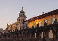Morelia es uno de los destinos más visitados en México, su arquitectura de estilo colonial en cantera rosa lo hacen un lugar inigualable. ¡Reserva ya!