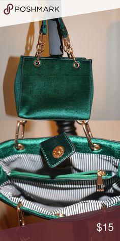 Trending Handbags, Stylish Handbags, Gold Hands, Green Bag, Green And Gold, Designer Handbags, Fashion Design, Fashion Trends, Bag Design