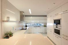 Luminárias lineares de embutir sobre o forro da cozinha
