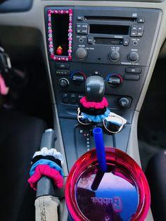 car asthetic Preppy Car Accessories, Car Interior Accessories, Inside Car, Car Interior Decor, Girly Car, Car Essentials, Car Goals, Cute Cars, Car Accessories
