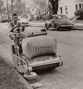 Barredora Tennant 36, para limpieza vial e industrial, lanzada en 1948