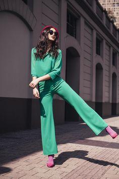 PANTALÓN ALTO BOTONES: Pantalón de tiro alto o high waisted, bota recta y detalle de botones en bolsillos laterales. Disponible verde y negro. Jumpsuit, Pants, Dresses, Fashion, Pockets, Trousers, Green, Black People, Buttons