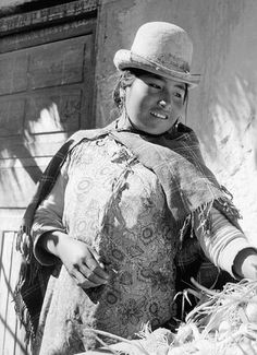 La Caserita, vendedora aymara 1959 del fotografo Antonio Quintana Bolivia, Take Me Home, Mexico, Black And White, Photographers, Fictional Characters, Photos, Argentina, Indigenous Art