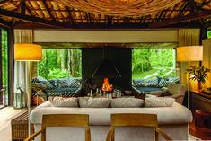 """Casa """"in natura"""", por Vania Chene. A lareira é o ponto catalisador do estar. Ao seu lado, os dois estrados foram feitos para relaxar de corpo inteiro."""