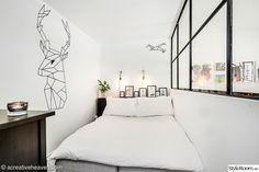 Vardagsrummet som blev ett avdelat sovrum med hjälp av en halvvägg och stålkonstruktion med fönster för maximalt ljusinsläpp. Grafisk väggmålning i form av en hjort är faktiskt gjord med eltejp, lätt att ta bort när man tröttnar. Scandinavian style, rumsavdelare, glasvägg, sovrum, väggmålning, rådjur, bedroom