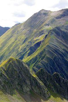 CIMA DELL'ALPE (2477m) | SNOWCAMPITALY | Valli, valichi, dorsali montane, un colpo d'occhio unico su Alpi Passirie, Venoste e Dolomiti Orientali, gli ingredienti dell'escursione anulare che conduce a Cima dell'Alpe sulla dorsale del Passo di Vannes. Nel percorrere questi luoghi si ha la netta sensazione di muoversi sul filo del rasoio, a cavallo tra realtà molto spesso difformi ma legate da un aspetto comune, l'isolamento, che per secoli ha alimentato leggende e credenze popolari…