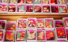 京都・下鴨神社 媛守  いろとりどりのちりめんで作られた袋が女子の間で大人気。ピンクの紐も可愛らしいですね。全ての色柄が違うので、選ぶ時間も楽しいです。「媛守」は女性の心願成就のご祈祷が込められています。