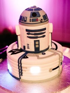 The Groom's Cake - A Brief History & Inspiration — Marrygrams // A fondant rendition of will have any Star Wars fan geeking out at the dessert table. He's *almost* too cute to cut! Star Wars Torte, Bolo Star Wars, Star Wars Cake, Bolo R2d2, Beautiful Cakes, Amazing Cakes, R2d2 Cake, Star Wars Wedding Cake, Anniversaire Star Wars