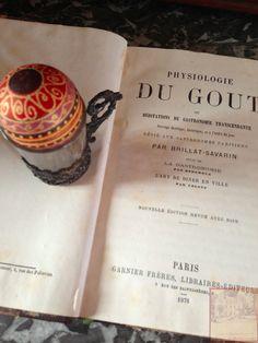 Du Goût… Brillat-Savarin et un œuf au chocolat peint à la main sur un coquetier d'argent...
