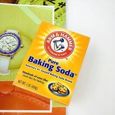 Bột Baking Soda Arm & Hammer  Giá: 50k Baking Soda được sử dụng trong làm bánh chăm sóc da khử mùi diệt khuẩn tẩy rửa giặt giũ  Các công dụng khác của baking soda. 1. Đau loét: Tôi đã đề nghị cho nhiều người kể cả những người trong nhà và ngạc nhiên khi thấy hiệu qủa đáng ca ngợi của nó. Điều này có lý vì baking soda nhanh chóng trung hòa axit trong dạ dày. Liều lượng thường là 1-2 muỗng cà phê trong một ly nước đầy. 2. Lấy dằm ra ngoài: Cho một muỗng xúp baking soda vào ly nước nhỏ rồi ngâm…