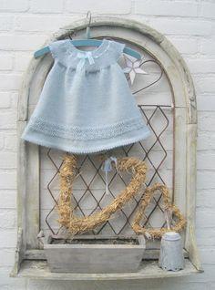Baby dress with free pattern in dutch here: https://docs.google.com/file/d/0B325RAy97qwQMkNBSlF3WWtLLVE/edit?pli=1