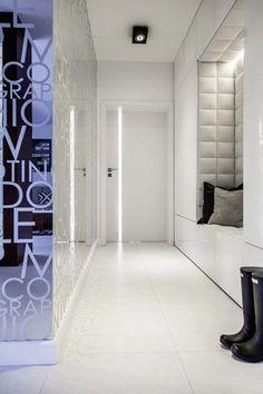 Hel speilvegg i entre dobler romfølelsen Condo Design, Apartment Design, House Design, Home Interior, Interior Architecture, Interior And Exterior, House Entrance, Entrance Hall, Upholstered Wall Panels