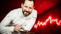 Christian Hümbs (38) ist neuer Chef-Pâtissier des Dolder Grand in Zürich. Der Deutsche hat sich mit Gemüsedesserts und als Jurymitglied der TV-Show «Das grosse Backen» einen Namen gemacht. Dabei wäre seine steile Karriere beinahe an einem Armdrück-Unfall gescheitert. Macarons, Chef, Homemade Cakes, Fictional Characters, Ovaltine, I Love My Parents, Desserts Menu, Career, Homemade Muffins