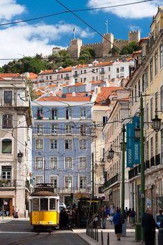 Vanaf het hooggelegen Castelo de Sao Jorge heb je een prachtig uitzicht over de stad Lissabon en verre omgeving. (1993)