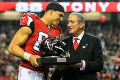 Tony Gonzalez retired after 17 years of being perhaps the second greatest player to ever catch passes in the NFL. #Atlanta #Falcons