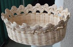 Paper Basket Diy, Newspaper Basket, Newspaper Crafts, Bamboo Weaving, Willow Weaving, Paper Weaving, Hand Weaving, Rattan Basket, Wicker