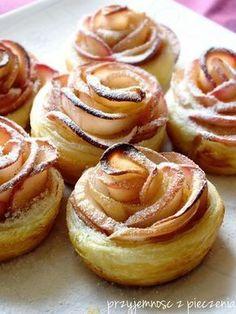 Jabłkowe róże,ciasto francuskie z jabłkami,róże z jabłek Cute Food, Good Food, Sweet Corner, Cooking Cookies, Snacks Für Party, Polish Recipes, No Bake Cake, Cooking Time, Food Inspiration
