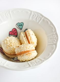 i found my next macarons . popcorn macarons with salted caramel. Macarons, Macaron Cookies, Macaron Recipe, Just Desserts, Dessert Recipes, Popcorn Recipes, Muffins, French Macaroons, Butter Popcorn