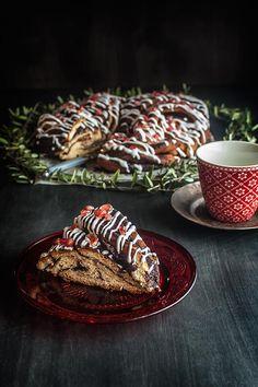 Pues ya estamos preparándonos para la Navidad, con esta trenza dulce tan coquetona y preciosísima, inspirada en la trenza Angélica de las hermanas Simili, del bonitísimo tabla de libro Pan y Dulces Italianos, que acaban de editar los chicos de Libros con Miga y en el que hemos participado Pam, de Uno de dos, Raúl de El Oso con botas, Alicia de A mí lo que me gusta es cocinar, y la misma que viste y calza. Toma cuña publicitaria. Estas trenzas abiertas lucen muchísimo, pues al subir el bollo ...
