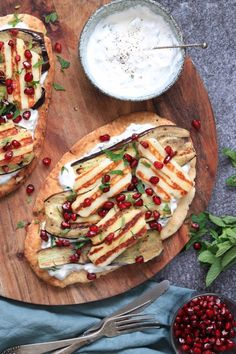 Naan bread with eggplant and halloumi - Quick and tasty recipe with naan bread, eggplant and halloumi. Easy Diner, Vegetarian Recipes, Cooking Recipes, Healthy Recipes, Food Porn, Halloumi, Aesthetic Food, Food Inspiration, Love Food
