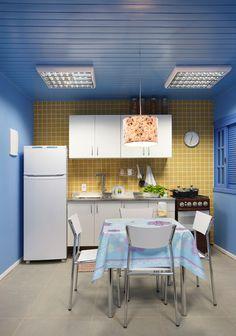 as cozinhas de rosembaum Mini Kitchen, Blue Rooms, Inspiration Boards, Home Kitchens, Kitchen Cabinets, Table, House, Furniture, Studio