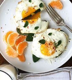English Muffin Fried Egg Breakfast Pizzas make for a special but very simple breakfast that offers an great serving of protein. A delicious way to start the day Egg Recipes For Breakfast, Breakfast Pizza, Best Breakfast, Breakfast Ideas, Breakfast Healthy, Frozen Breakfast, Breakfast Muffins, Breakfast Smoothies, Brunch Recipes