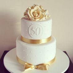Bolo bem clássico para uma comemoração super especial -bodas de ouro! #bolodecorado #pastaamericana #sugarflowers #bodasdeouro #thecookieshop #cake
