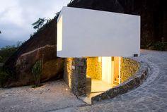 La casa Box es una minicasa quese encuentra erigida en una isla de la costa norte de Sao Paulo, Brasil, a unos 100 metros sobre el nivel d...