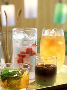 With the summer rolling in, many of you might be looking for instructions on how to make fresh iced tea. Here, we offer a primer on how to make fresh iced tea along with many tips and ideas to spruce up this refreshing drink!