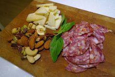 打開整塊的Parmigiano-Reggiano ,可以從沒烙印字的內側切塊做成下酒菜或是用削果皮的刨刀刨成片,有些刨刀還可以刨成絲, 還可以用磨硬質起司的研磨器磨成粉,搭配沙拉或灑在pizza或義大利麵上都很好用。
