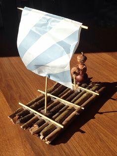 Floss basteln Ein Floss aus Ästen zu basteln, geht schnell und ist ganz einfach.