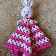 Bom dia, segundona! Ficou linda, não ficou? Ah se eu tivesse uma menina! 🐰👶🏻❤️. #decor #crochetaddicted #babyroom #crocheting #crochetamigurumi #safetyblanket #doudou #naninha #mantadeapego #rabbit #crochet #hook #ganchillo #yarn #empreendedorismomaterno #maternativa #maedemenina #maedemenino #maternidade #baby #semprecirculo #fofura #amigurumi #feitoamao #craft #diy #hechoamano #handmade #homemade