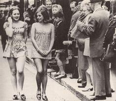 Dos niñas caminan por la calle en Ciudad del Cabo, Sudáfrica, en 1965.