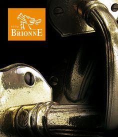 Ensemble de poignées antiques issues d'une fabrication artisanale associée à des techniques ancestrales de fonderie de Laiton massif.  Plus de produits sur www.brionne.com