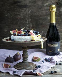 Majestetic Brie baked in oven. http://www.jotainmaukasta.fi/2015/11/19/uunibrie-ja-ruusuglogi/