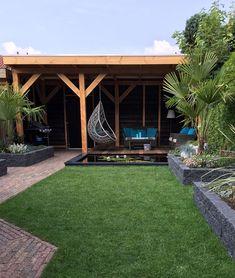 Een terrasoverkapping is een onmisbaar element in je tuin. Het zorgt voor een beschutte plek bij felle zon, harde wind of als de regen met bakken uit de hemel valt. Onder je overkapping kom je tot rust en heeft u een gezellige tijd met vrienden en familie. Je wilt natuurlijk het maximale uit je overkapping halen. Daarbij is de inrichting een zeer belangrijk onderdeel. Bent je benieuwd hoe je het beste je overkapping kunt inrichten? Lees de 6 tips en doe inspiratie op! #blog Back Garden Landscaping, Backyard Patio Designs, Garden Pavilion, Terrace Garden, Back Gardens, Outdoor Gardens, Back Garden Design, Garden Bulbs, Garden Inspiration
