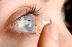«Вот такой рассеянный…»: 27 контактных линз обнаружили в глазах пациентки Тем, кто пользуется очками, возможно, знакома ситуация, когда ищешь эти очки, ищешь – а они, оказывается, никуда не пропадали и преспокойно посиживают у тебя на лбу или на носу. Но вот чтобы забыть вынуть из глаз линзы – да еще и не «эх, раз, еще раз», а «много-много раз»… В британском городке Солихалл офтальмологи удалили из глаз 67-летней женщины 27 контактных линз – 17 рассеянная пациентка забыла в одном глазу и 10…