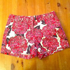 Vineyard Vines Liberty Floral Classic Shorts Concealed zip fly with interior double-hook closure, interior button closure, side slant pockets, back slit pockets. 5 inch inseam, hydrangea print. Machine washable. 98% cotton, 2% spandex. Barely worn. Vineyard Vines Shorts