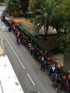 Catalunya vota i dóna una lliçó a l'Estat - elsingular.cat, 09/11/2014. Diumenge 9 de novembre. Catalunya ja està votant sobre el seu futur polític i, d'aquesta manera, donant també una lliçó a l'Estat espanyol, que ha intentat impedir-ho de totes les maneres possibles. Des d'una hora abans de les 9, quan obrien els punts de votació, ja hi havia nombroses cues formades als locals de participació i es podia veure una gran mobilització ciutadana.