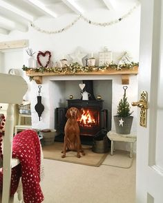 Gorgeous fireplace love the white paint Snug Room, Winter Home Decor, Cottage Decor, Cosy Living Room, Open Plan Living Room, Living Room Decor Fireplace, Cottage Living Rooms, Christmas Interiors, Home Decor Inspiration
