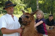 Bauern zeigen den Kindern die Eigenart der Lamas