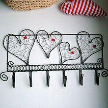 Nábytok - zaláskovaný vešiak                folk, srdce,svadba - 5400024_