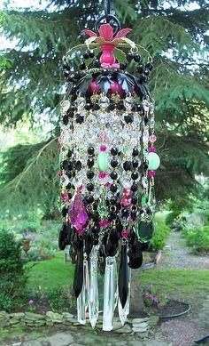 Un lustre en cristal pendentif style spectaculaire, coloré, Bohème... En utilisant le noir comme la base, jai alterné entre kiwi et couleurs roses chauds. Strass ajuster le haut de la page support vert et félicitant vintage rose et vert et les nouveaux bijoux orne la partie supérieure de lumière. Deux couches de brins de cristaux en prismes clairs, noir, deep rose et Swarovski péridot sont utilisés. Brillants verts et chauds roses perles accentuent les brins. Cristaux de plomb antique…
