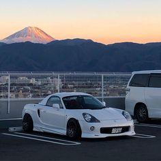 #mtfuji #toyota #mrs #mrspider #mr2 #mr2spyder #zzw30 #open #white #ducktailspoiler #varis #xxr #530 #trd #trackstance #hellaflash #japan… Mr2 Car, Mr 2, Toyota Mr2, Tuner Cars, Road Runner, Japanese Cars, Car Stuff, Fuji, Old Cars