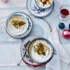 Maronencremesuppe mit Portwein und Topping aus Sahne und Kartoffel-Lauch-Gröstl.