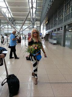 Bonnie Tyler in Hamburg Airport - picture by Jenny Telly Rentsch #bonnietyler #thequeenbonnietyler #therockingqueen #rockingqueen #music #rock #2013 #germany #hamburg #airport #fan