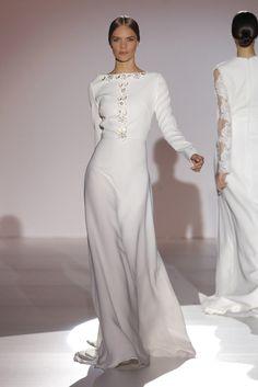 Vestido de novia de linea muy sencilla y manga larga, perfecto para bodas de invierno. #tendencianovias 2015 #noviasciudadreal